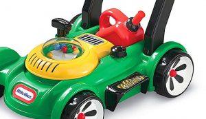 """Kinderen vinden de details van deze speelgoed grasmaaier fantastisch. Verschillende hendels en knoppen. Zelfs een tankje om """"bij te vullen""""."""